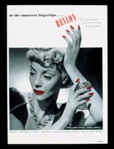 Stejný odstín na nehtech i na rtech – Revlon, 1939