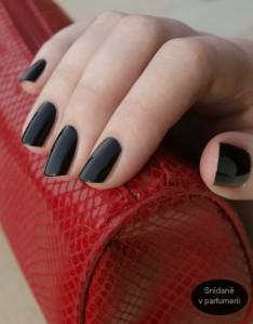 Ani rockerské, ani punk, metal nebo gothic. Černé nehty jsou ve skutečnosti retro, nosily se už ve 30. letech, takže na nich není nic výstředního.