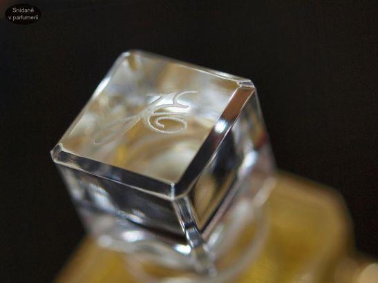 Každý detail sedí – víčko z broušeného skla je ozdobou flakonu