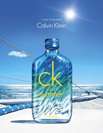 Flakon pro rok 2015 považuji za nejpovedenější z celé řady CK One Summer. Mají vždy stejný základní tvar, ale letos je porvé sklo na zadní straně zvlněné a navíc kolorované v odstínech studené duhy, takže dokonale napodobuje vodní hladinu. (Foto: Calvin Klein)
