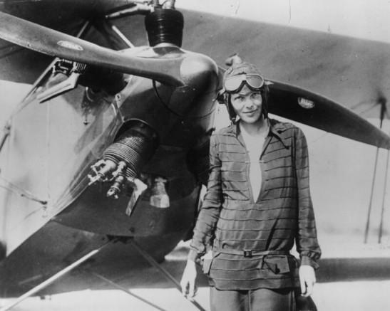 Pilotka Amelia Earhart s letadlem poprvé…