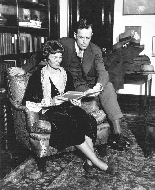 Jedna z mála fotek Amelie Earhart, kde není letadlo. Vedle sedí její manžel, George Putnam.